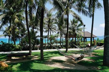 Пляжи Хайнаня в окружении пальмовых рощ