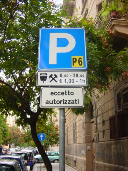 Здесь указано, что с 8 до 20 парковка платная, один час стоит 1 евро. Платить в паркомате, оплата в рабочие дни (с понедельника по субботу включительно)