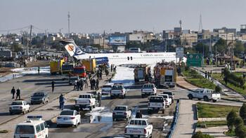 Самолёт приземлился прямо на улице в Иране (видео)