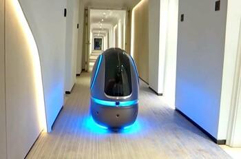 В китайском отеле изолированным из-за вируса постояльцам еду подаст робот