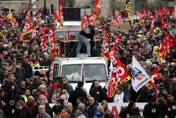 Туристов предупреждают об очередных массовых протестах во Франции