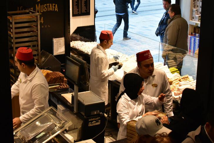 В магазине турецких сладостей