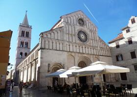 Кафедральный собор Святой Анастасии является не только самым большим собором в Задаре, но и во всей Далмации и претендует на включение его в список Всемирного наследия ЮНЕСКО.