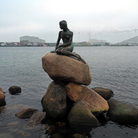 Статуя Русалочки — одна из популярных достопримечательностей города Копенгагена. Бронзовая героиня сказки Ханса Кристиана Андерсена расположилась у входа в порт Копенгагена на набережной Лангелинье.
