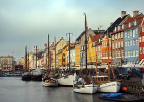 Одной из главных достопримечательностей города Копенгаген является район и канал Нюхавн, что в переводе с датского языка означает «Новая гавань». Протяженность канала составляет 1 км в длину и 15 м в ширину.