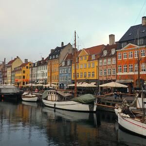 Разноцветные домики, канал, кораблики у причальной стенки - смотрится очень романтично