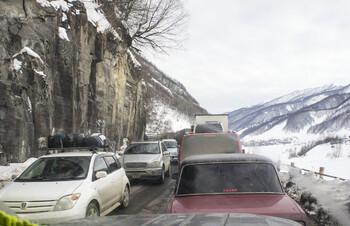 Российские туристы застряли на горной дороге в Грузии