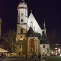 Сделав круг, снова вышли к церкви Святого Томаса, которая сейчас в ночном свете