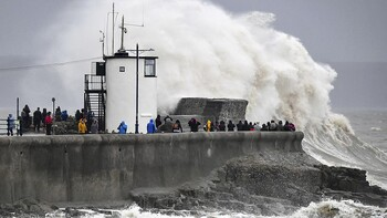 Сильный шторм нарушил авиасообщение в Великобритании
