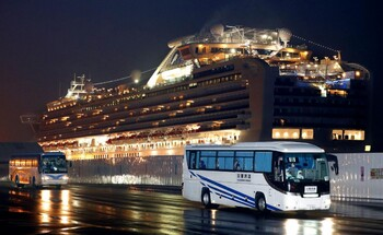 Пассажиры Diamond Princess покидают судно