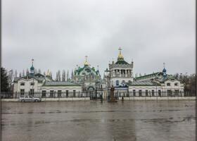 Свято-Екатерининский храм находится напротив автовокзала, поэтому как еду мимо, обязательно подхожу поближе и любуюсь этой удивительной, необычной и яркой архитектурой.  Первый камень был заложен в 1892 году в честь значимого события в российской истории – присоединения Крыма к российской территории в 1783 году. Этот день, был днём рождения действующей императрицы Екатерины II. Средства для строительства собирали феодосийцы, они же бесплатно строили храм в выходные дни. В 1999 году был построен храм Иоанна Крестителя, в котором располагалась крестильная и воскресная школа. А в 2002 году Церковь Святой Великомученицы Екатерины была капитально отремонтирована и дополнена методическим кабинетом, гостиницей и библиотекой.