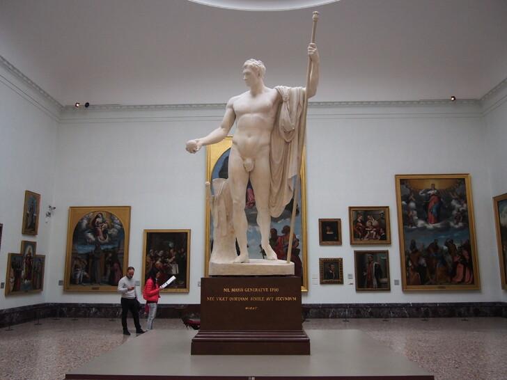 Статуя в пинакотеке Брера
