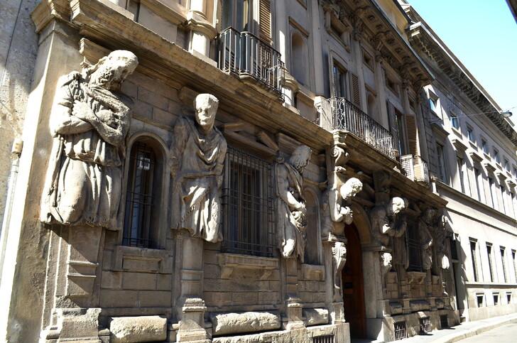 Дом с Атлантами (Casa degli Omenoni)