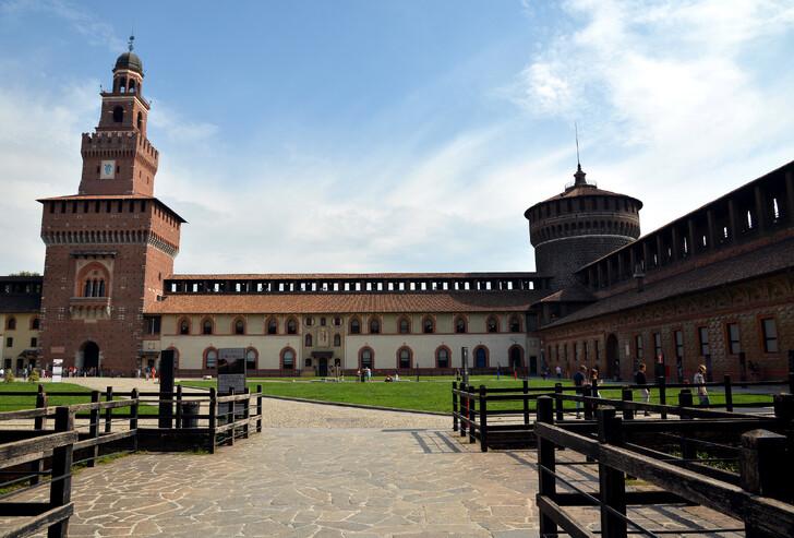Внутренний двор замка Сфорцеско