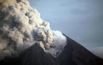 В Индонезии из-за извержения вулкана закрылся аэропорт