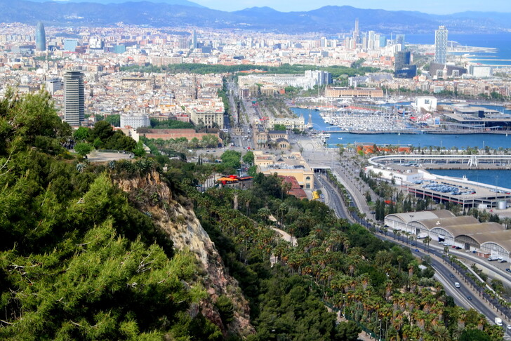 Вид на Барселону с холма Монтжуик