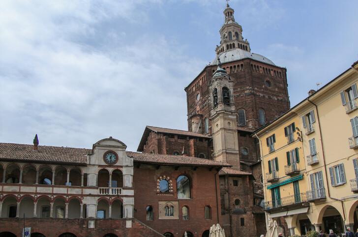 вид на кафедральный собор в Павии