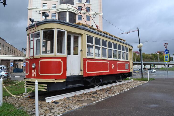 Экспозиция трамвайных вагонов на ул. Петербургская