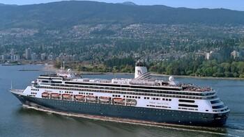 Круизный лайнер Zaandam не принимают ни в одном порту