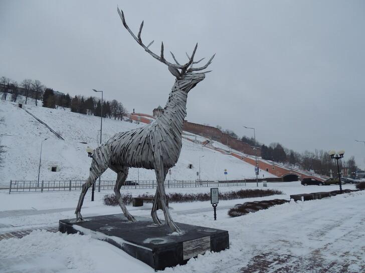 Скульптура оленя на Нижне-Волжской набережной