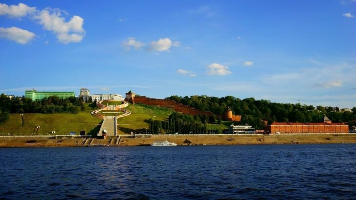 Вид на Чкаловскую лестницу и Кремль с реки