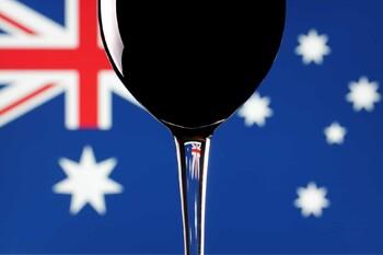 Австралийцам запретили покупать более 12 бутылок вина и двух ящиков пива в день
