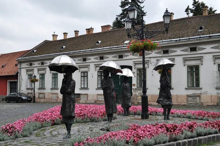 Памятник «Гуляющие под дождём»
