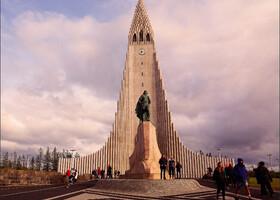 Мы начали свою прогулку по Рейкьявику с  посещения его главной достопримечательности - церкви Хатльгримскиркья. Перед церковью стоит памятник скандинавскому мореплавателю Лейфу Эрикссону Счастливому, открывателю Америки.