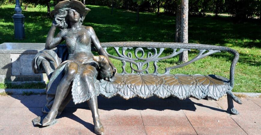 Скульптура «Дама с собачкой» в Хабаровске