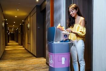В отеле Гонконга туристов обслуживает робот