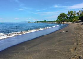 Если чуть отойти от места дислокации, песок на пляже кардинально меняет свой цвет. Из золотого становится почти чёрным.