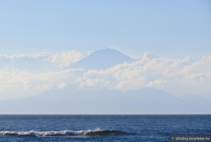 В хорошую погоду с небольшой влажностью виден стратовулкан Ангунг на соседнем острове. До него пятьдесят километров.