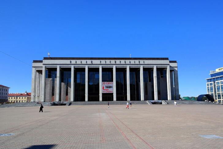 Дворец Республики на Октябрьской площади
