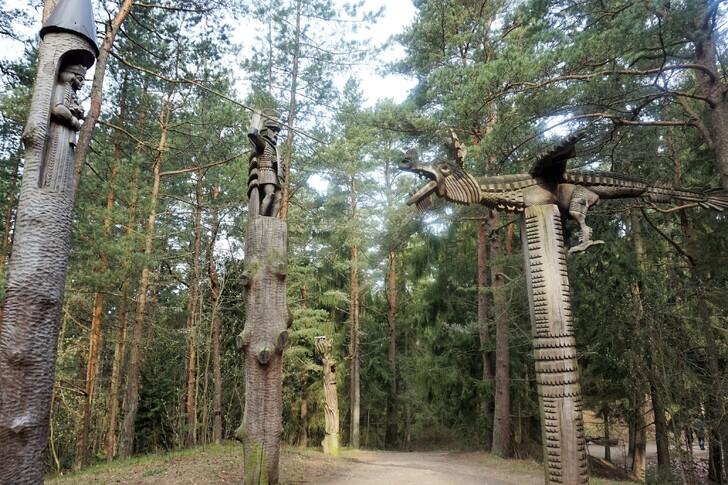 Деревянная скульптура на Горе Ведьм на Куршской косе