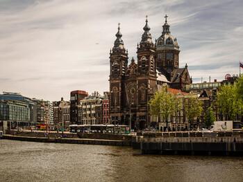 В Амстердаме запретят сдавать жилье через Airbnb в центре города