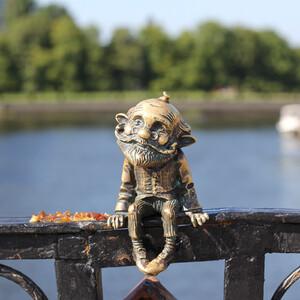 """Старичок Хомлин - один из самых милых и трогательных """"памятников"""" Калининграда.Он сидит на перилах Медового моста от Рыбной деревни к острову Канта. Будьте внимательны, его легко пропустить)))"""