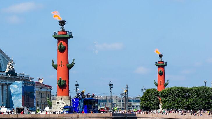 Ростральные колонны зажигаются по особым праздникам
