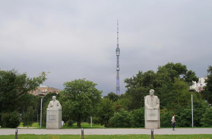 Вид на Останкинскую башню из Космопарка