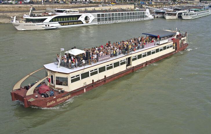 Прогулочный катер на Дунае