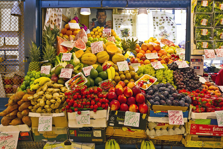 Свежие фрукты на рынке в Будапеште