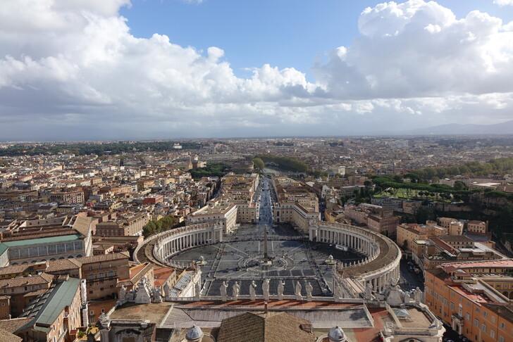 Вид на площадь Святого Петра со смотровой площадки купола собора
