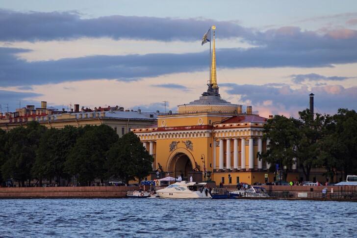 Вид на здания Адмиралтейства с Невы