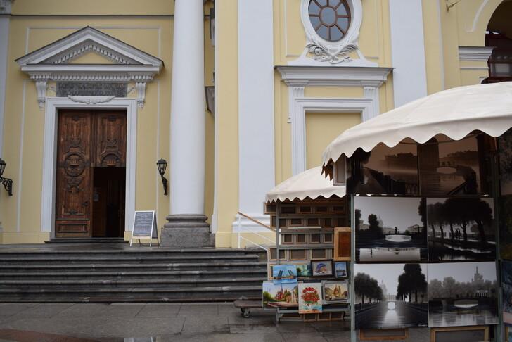 Продавцы картин на Невском проспекте