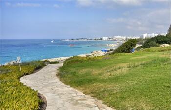На Кипре открылись террасы кафе и ресторанов