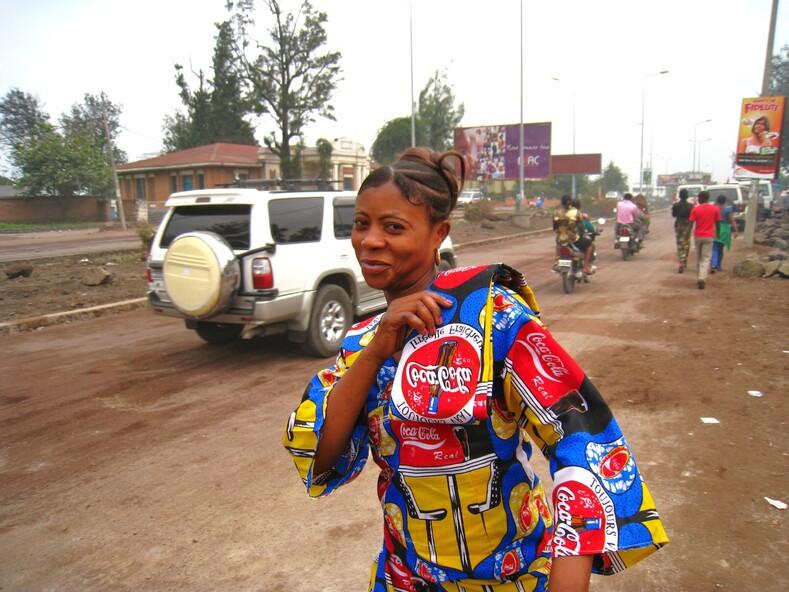 Африканская (конголезская) девушка в платье от Coca-Cola.