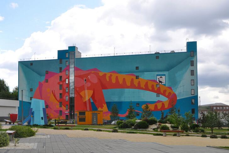 Динозавр на стене паркинга Жилого комплекса «Малевич»