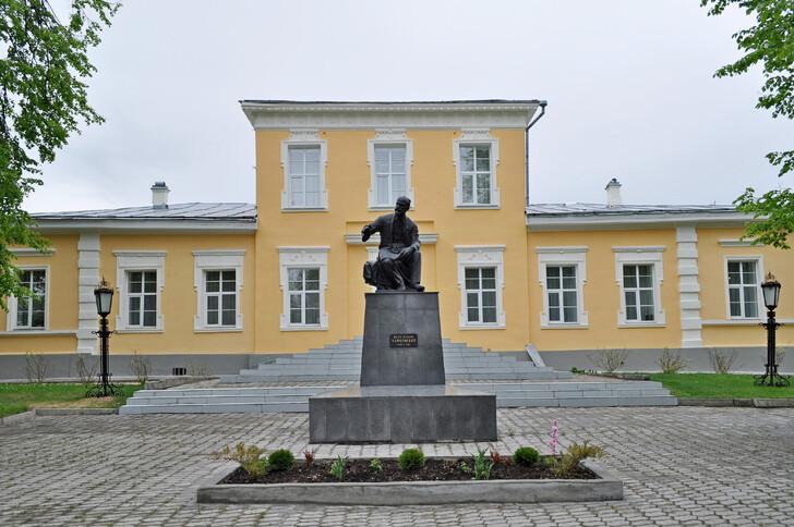 Памятник П.И. Чайковскому у Дома-музея в Алапаевске