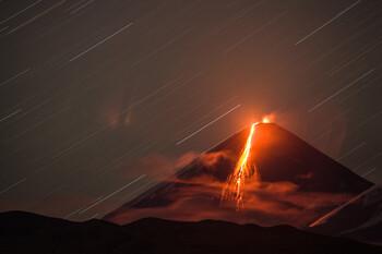 На Камчатке вулкан Ключевской выбросил столб пепла на высоту 6.5 км