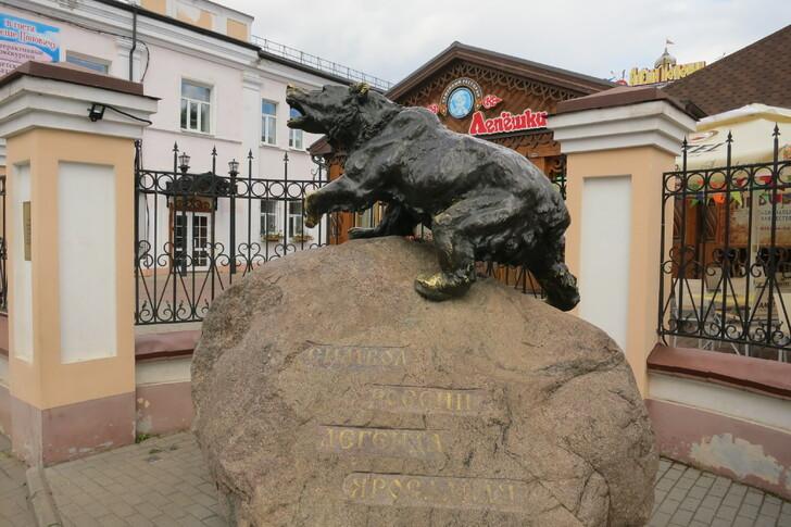 Скульптура перед музеем-театром «Алешино подворье»