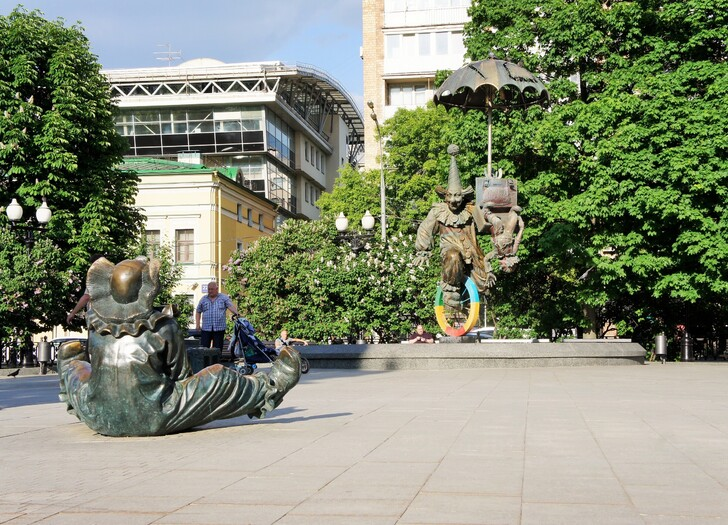 Скульптуры клоунов на Цветном бульваре